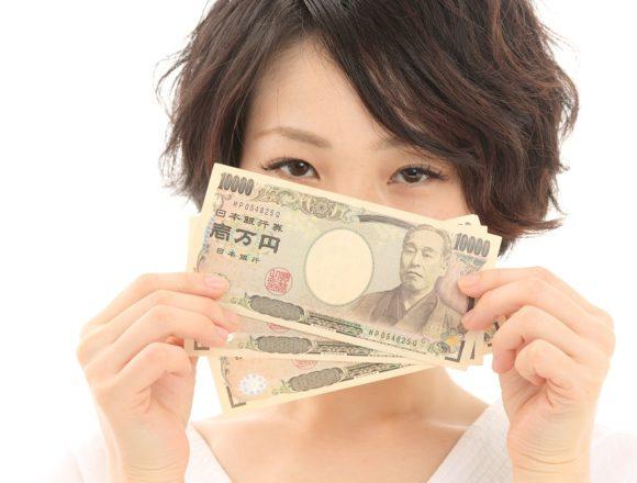 三万円を持つ女性