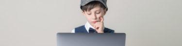 パソコンを見る少年