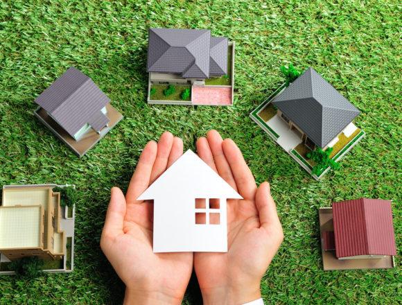 緑の芝生の上にたくさんの家が置いてあるビジネスシーン